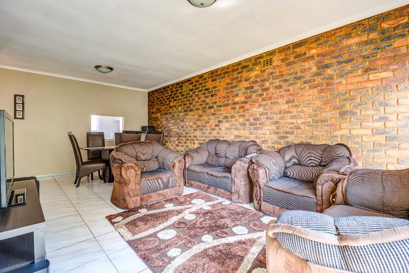 3 Bedroom Townhouse For Sale in Edleen