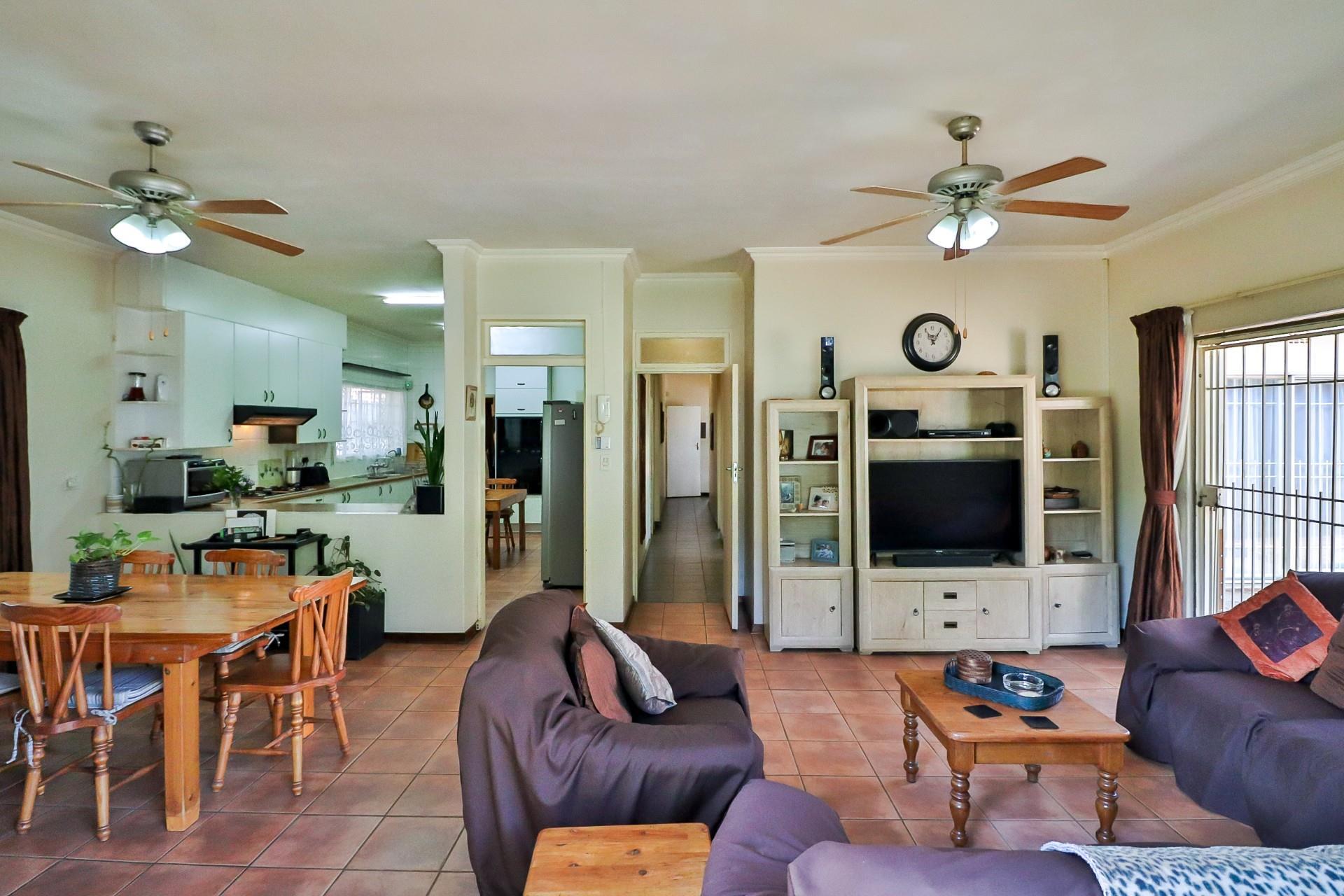 6 Bedroom House For Sale in Linden