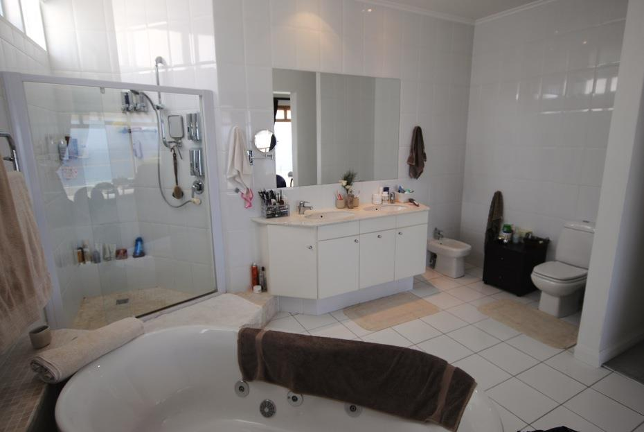 4 Bedroom House To Rent in Bloubergstrand