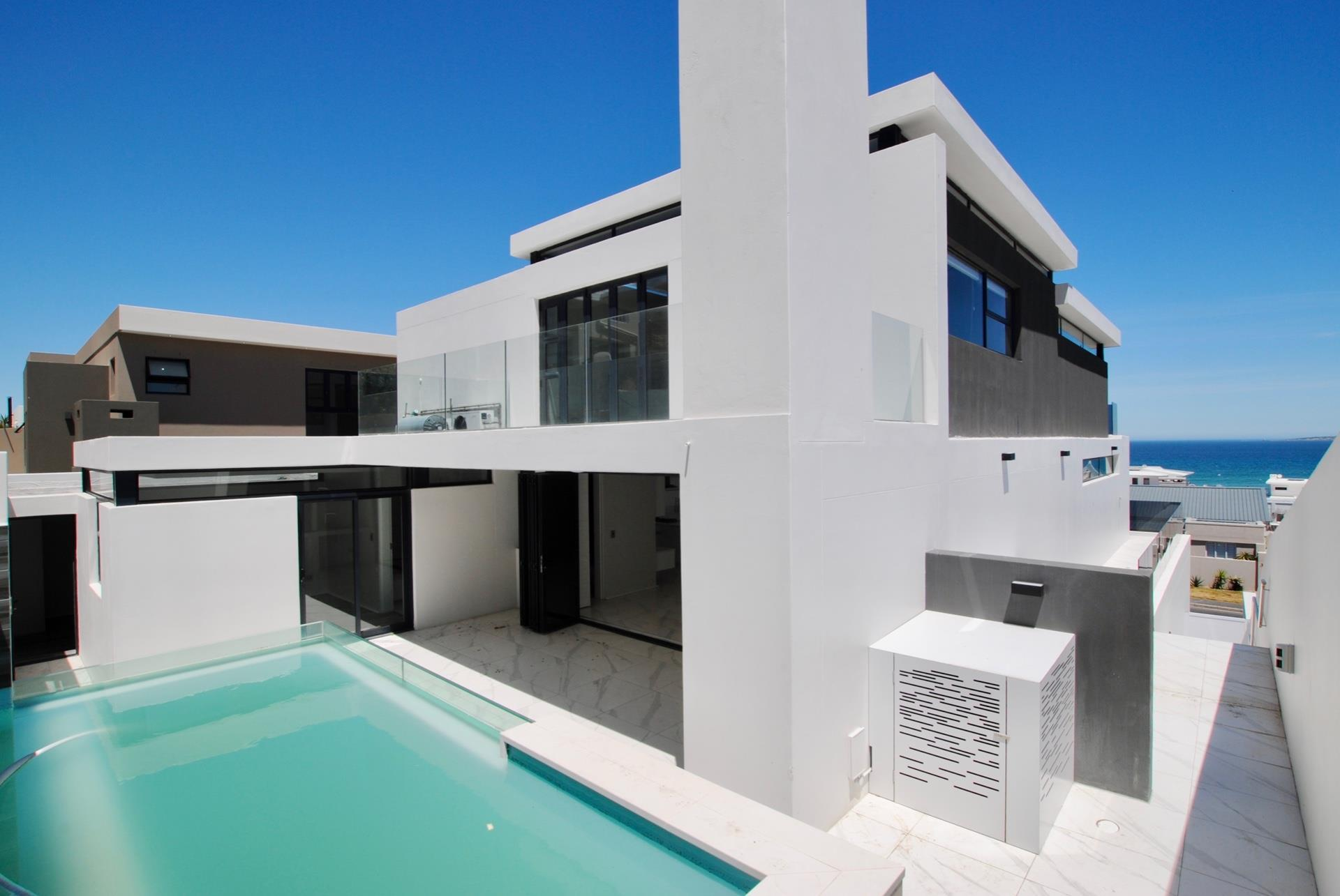 5 Bedroom House To Rent in Bloubergstrand