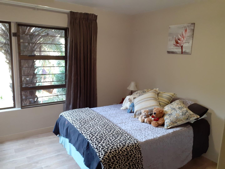 5 Bedroom House For Sale in Helderkruin