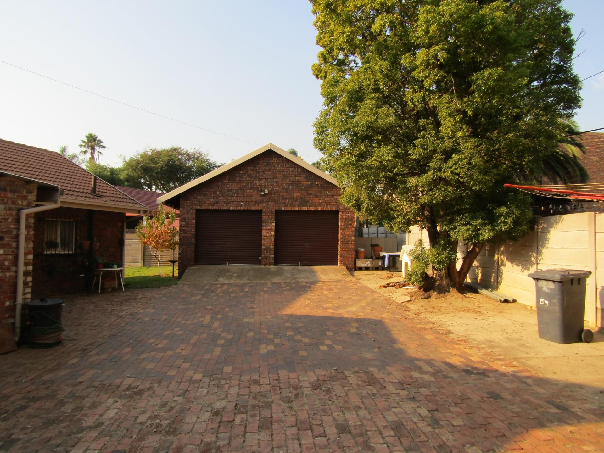 3 Bedroom House For Sale in Rooihuiskraal