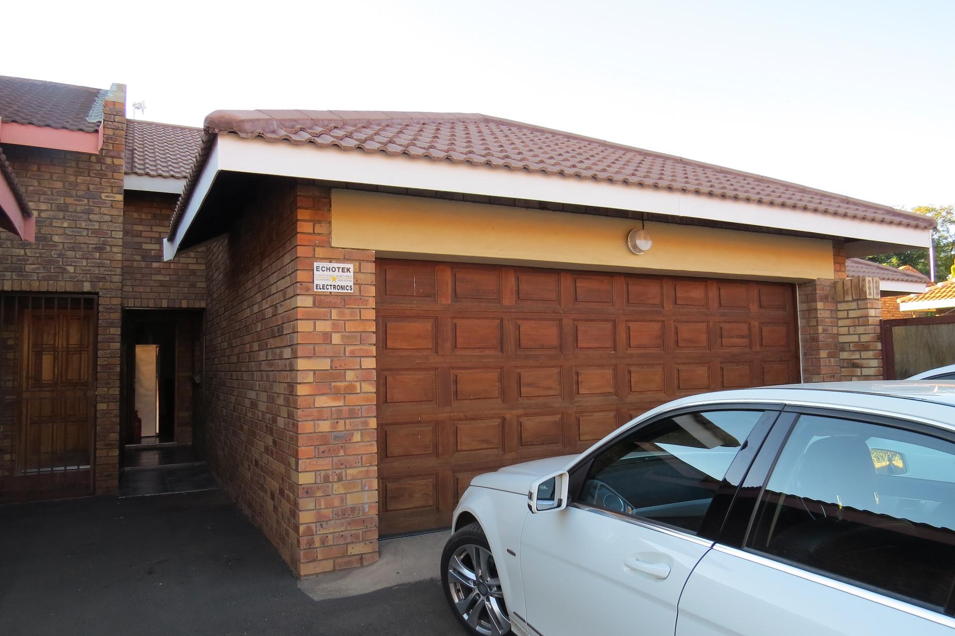 3 Bedroom Town house For Sale in Rhodesdene