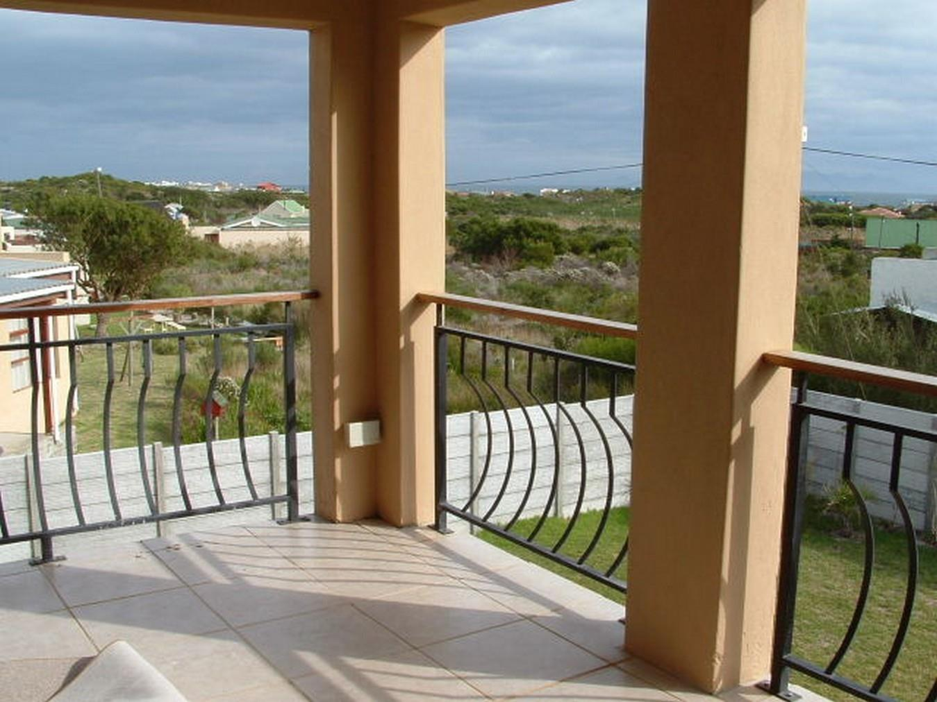 5 Bedroom House For Sale in Pringle Bay