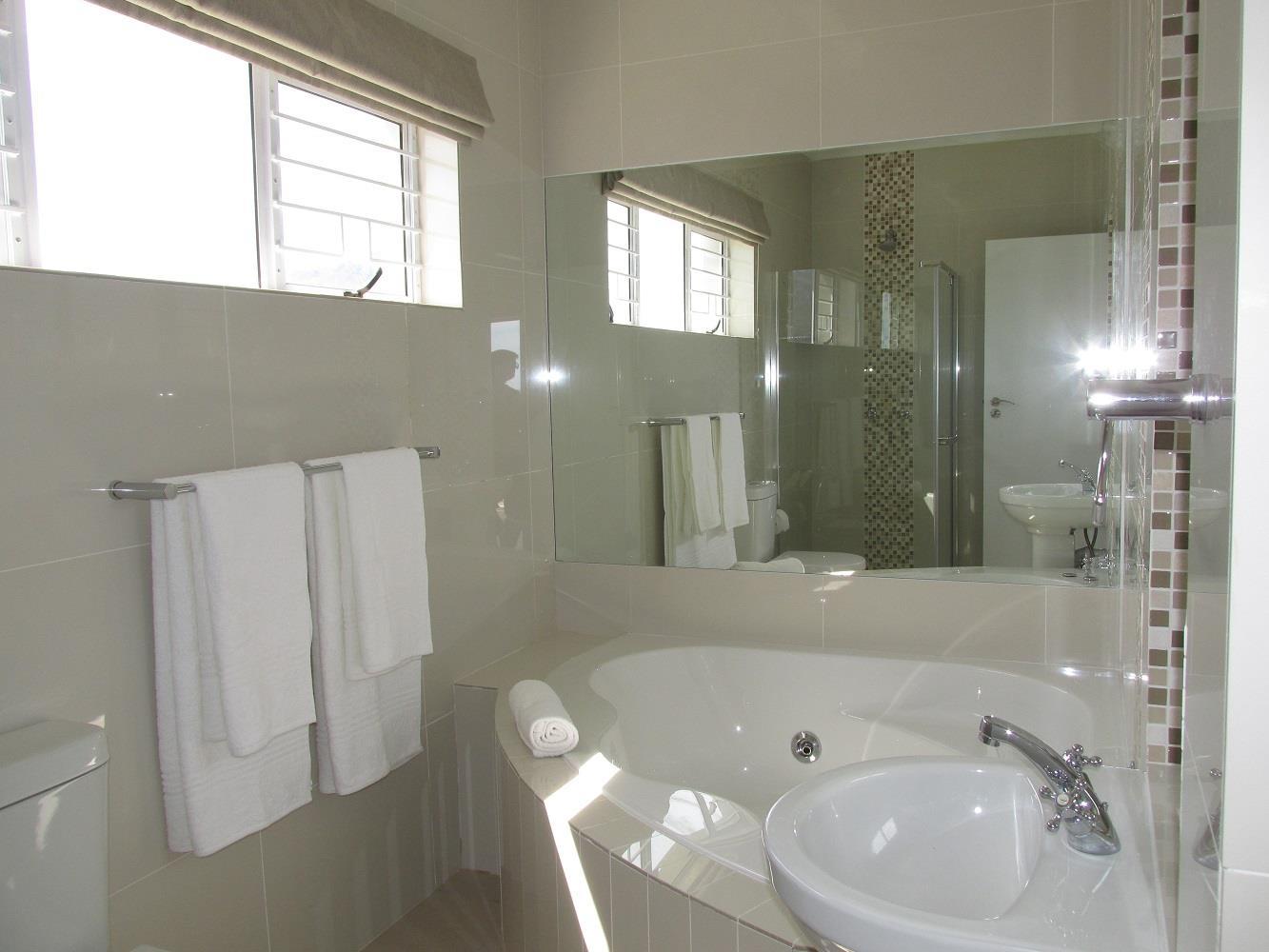 7 Bedroom House For Sale in Pringle Bay
