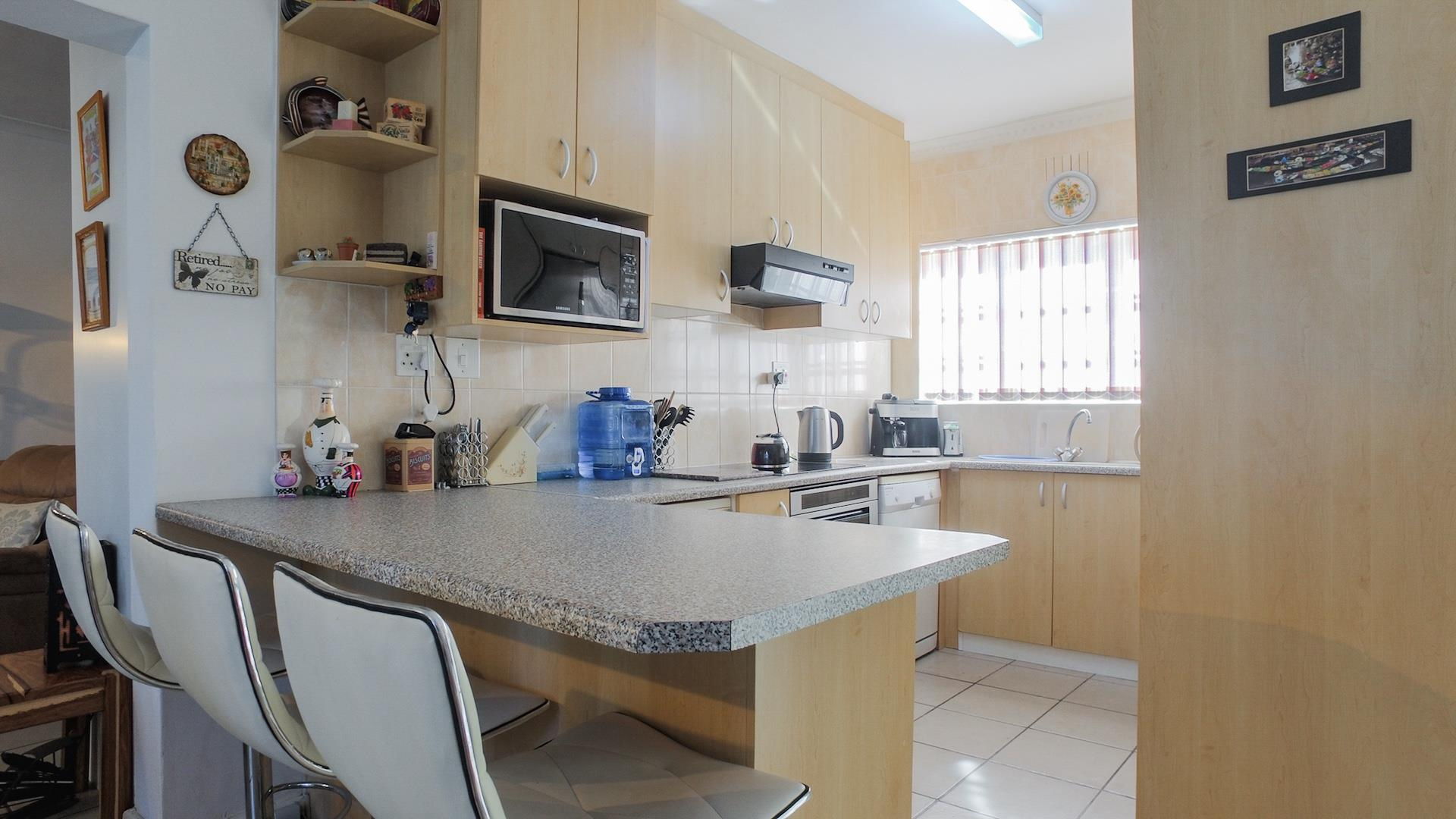 2 Bedroom Duplex For Sale in Hout Bay Central