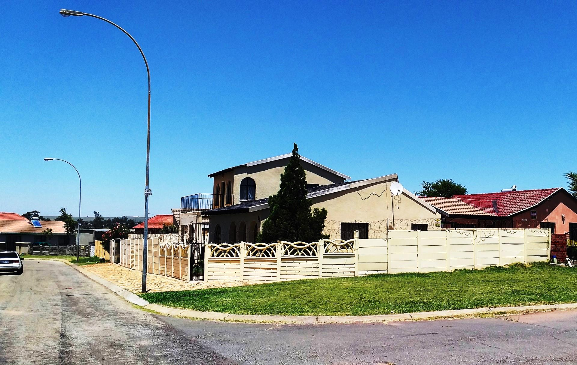 4 Bedroom House For Sale in Lenasia South