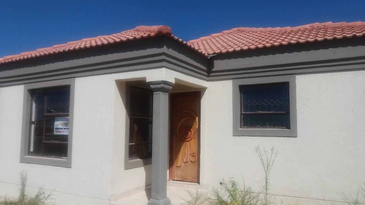 Astounding 3 Bedroom House In Polokwane Central Re Max Home Interior And Landscaping Synyenasavecom