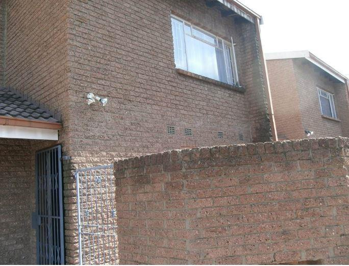 3 Bedroom Townhouse For Sale in Vereeniging Central