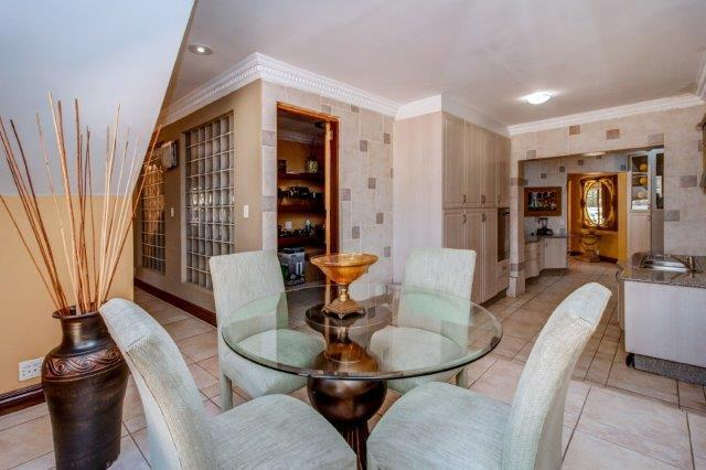 6 Bedroom House For Sale in Bryanston