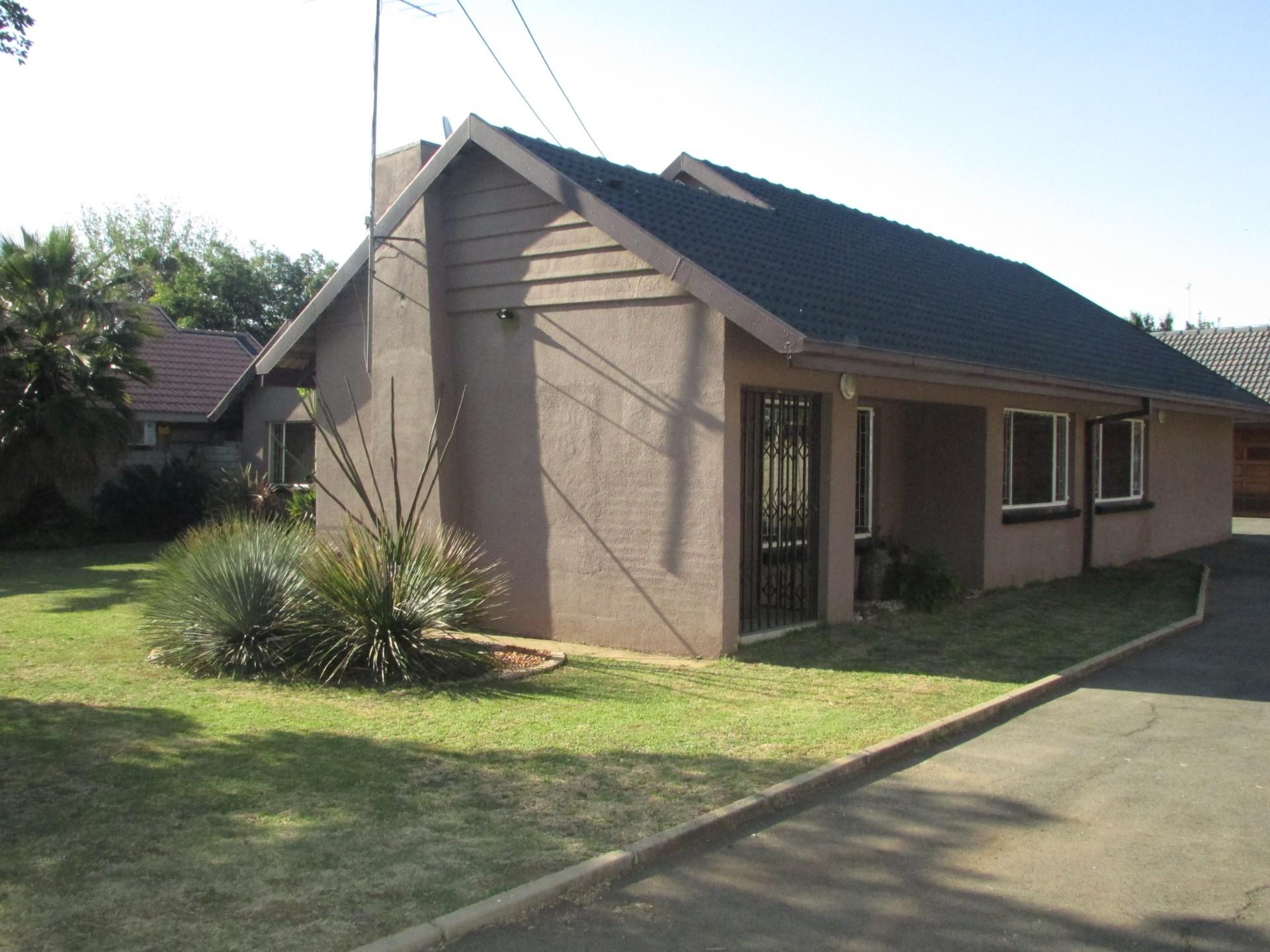 5 Bedroom House For Sale in Risiville