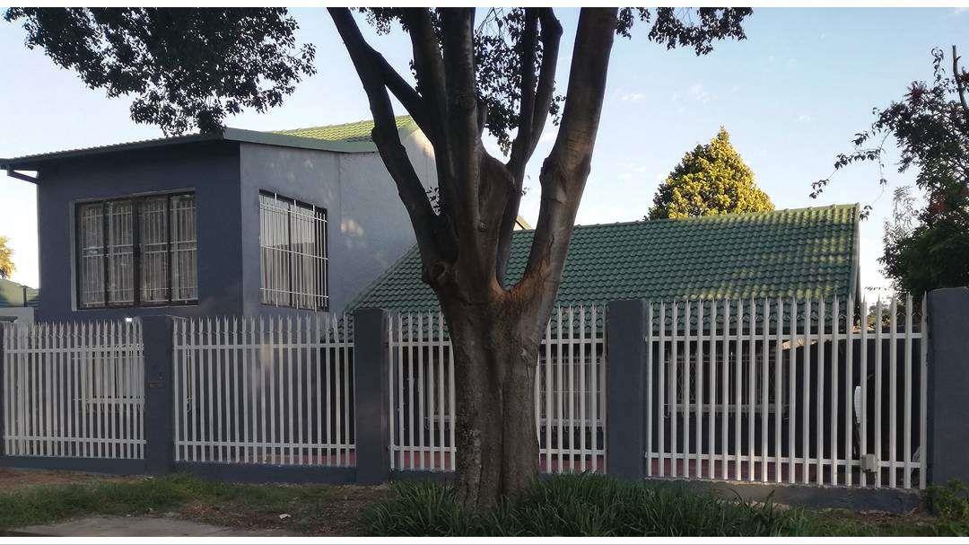 , House, 5 Bedrooms - ZAR 2,700,000