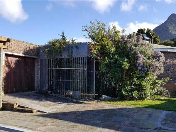 Property and Houses for sale in Kleinmond, House, 2 Bedrooms - ZAR 1,180,000