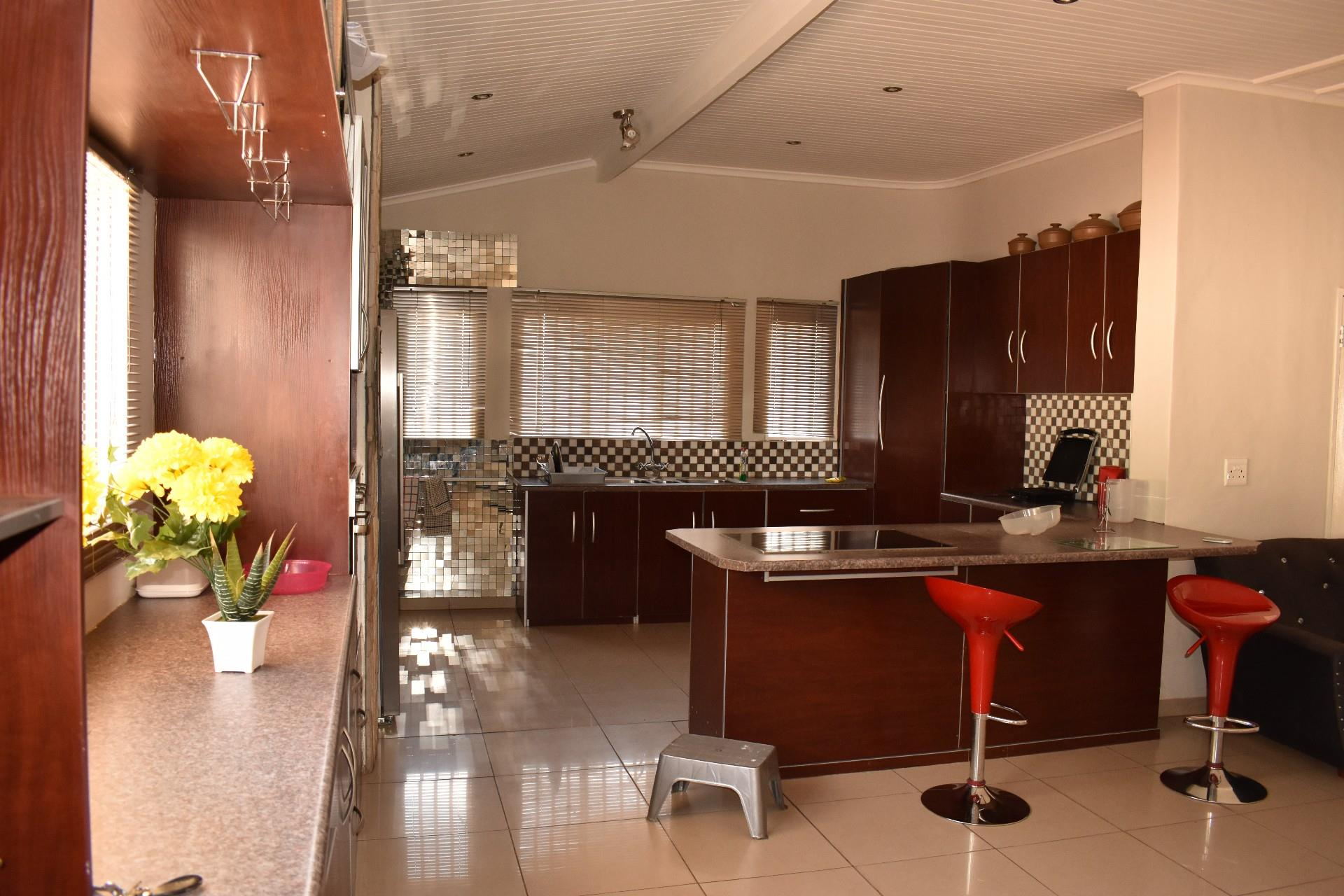5 Bedroom House For Sale in Cimbebasia