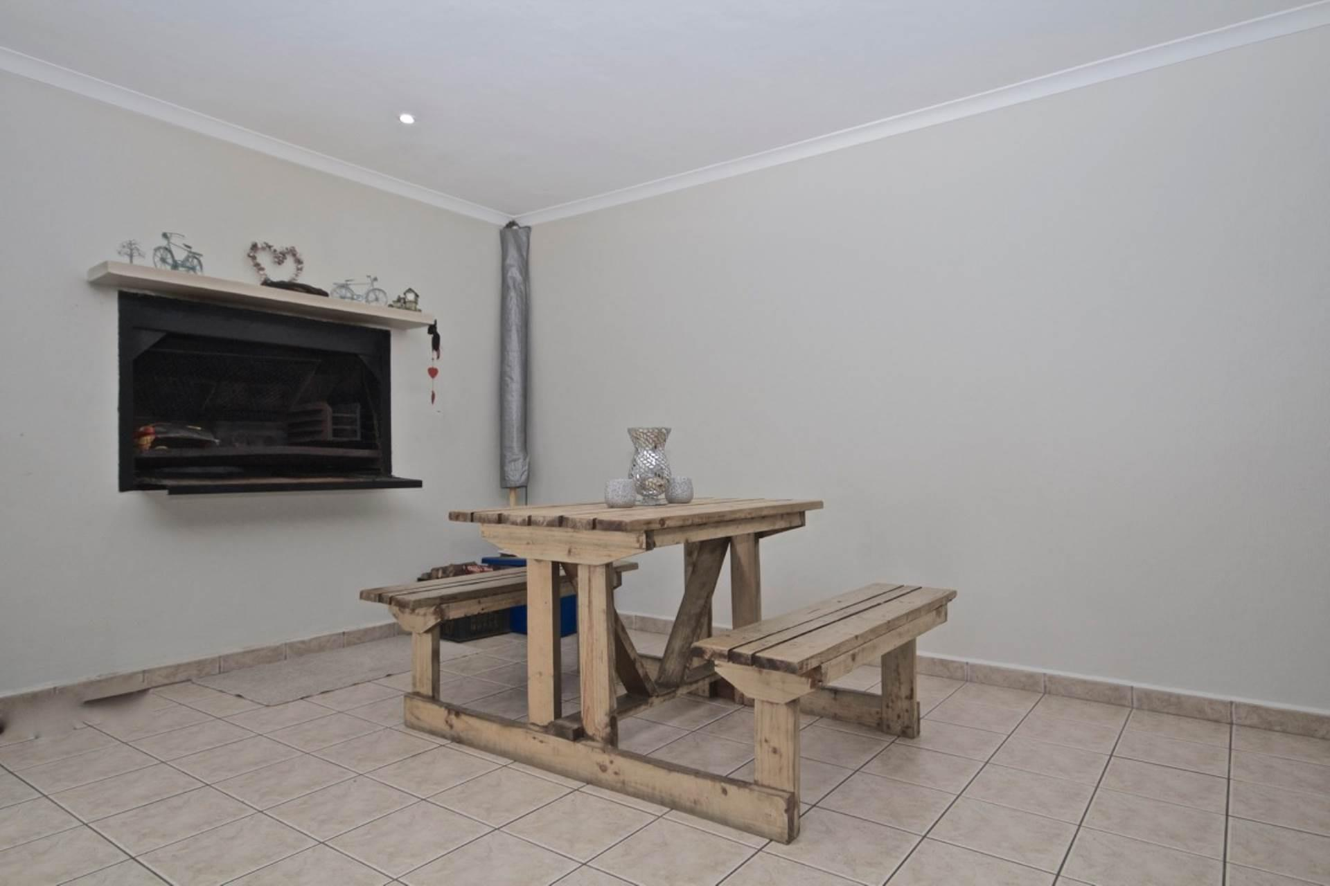 3 Bedroom Town house To Rent in Bloubergstrand