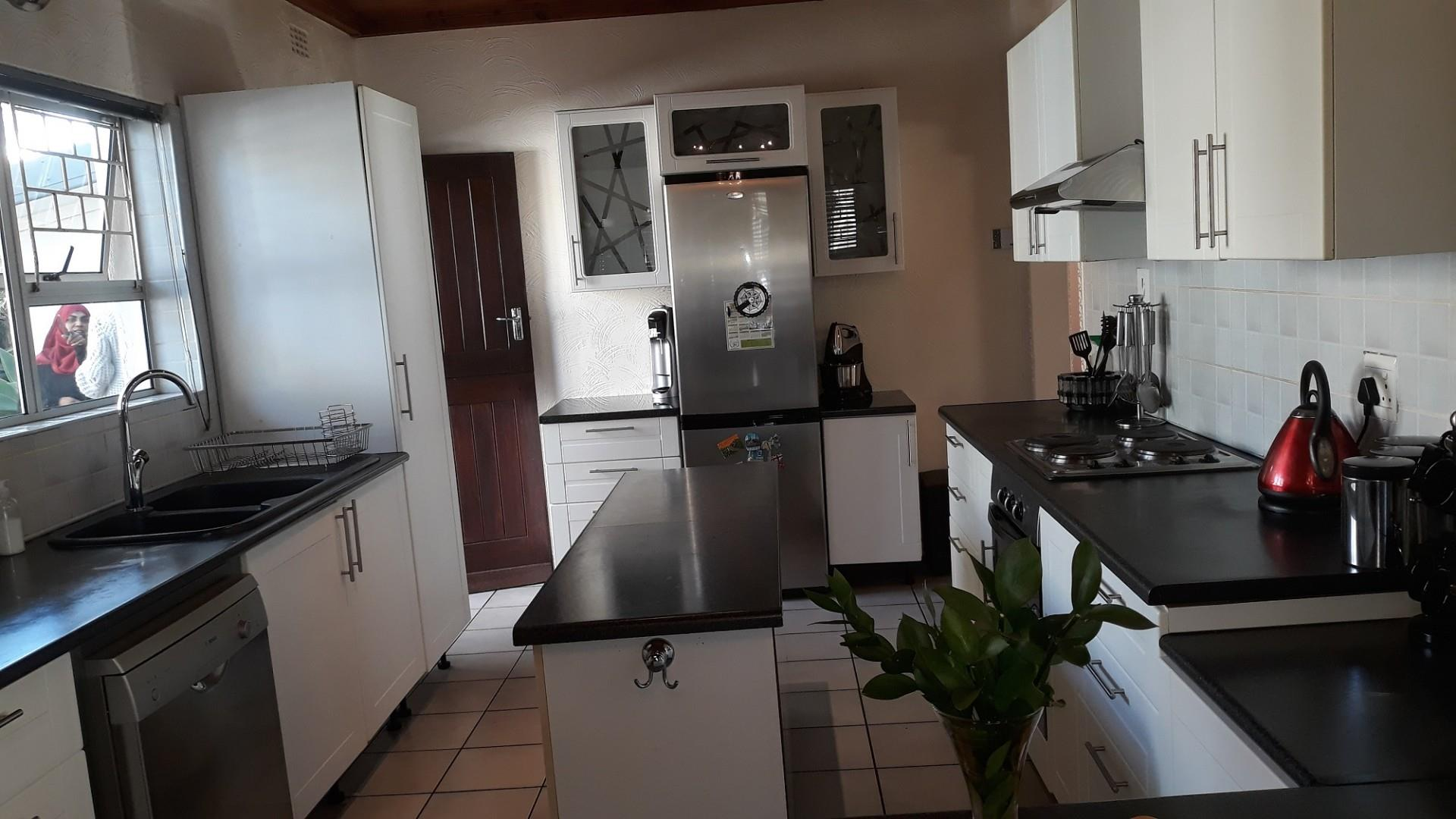 3 Bedroom House For Sale in Goodwood Central